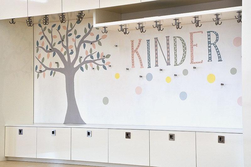 Schrankwand und Gaderobe für den Kinderbereich