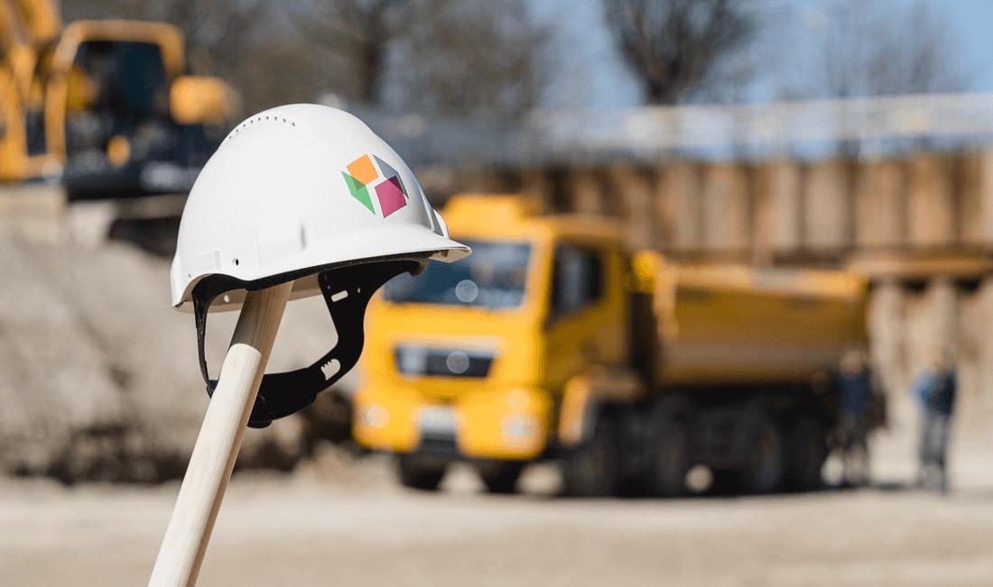 Baustellen-Stilleben: 4Wände-Bauhelm