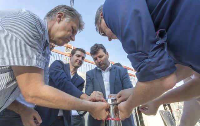 Team füllt die Zeitkapsel für die Grndsteinlegung westhouse augsburg